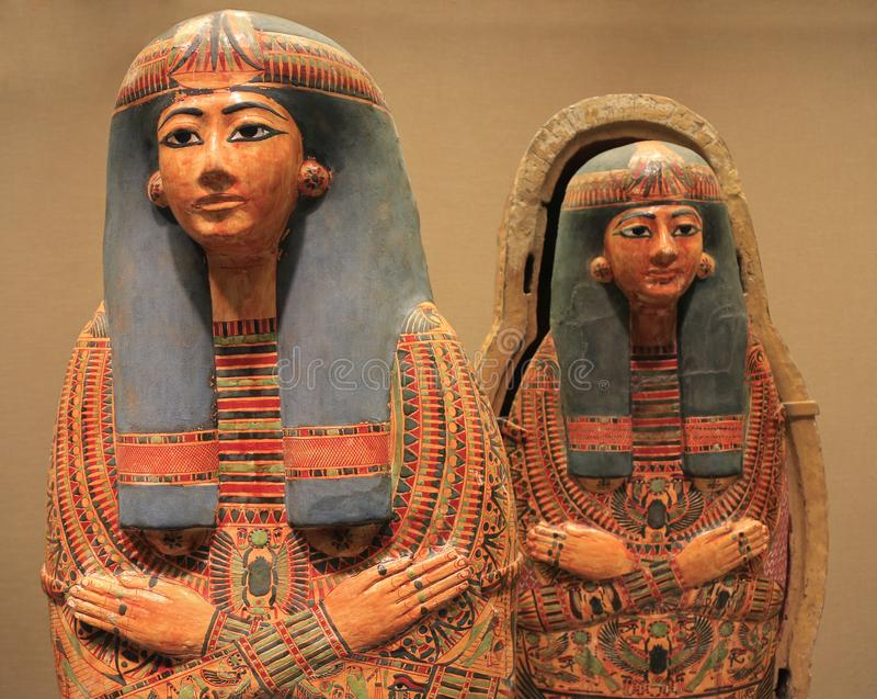 Sarcófagos pintados de madera coloridos egipcios imagen de archivo