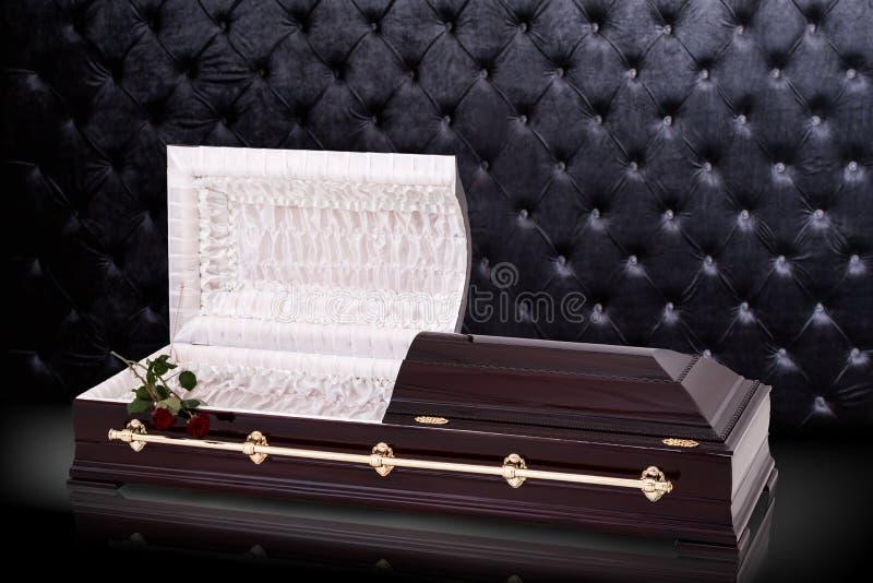 Sarc?fago marrom de madeira aberto com rosas vermelhas isoladas no fundo luxuoso cinzento caix?o, caix?o no fundo real ilustração stock