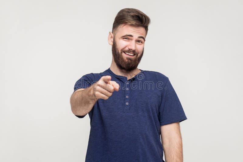 Sarcasmo, cattivo concetto di frecciata Giovane uomo adulto che indica dito immagini stock libere da diritti