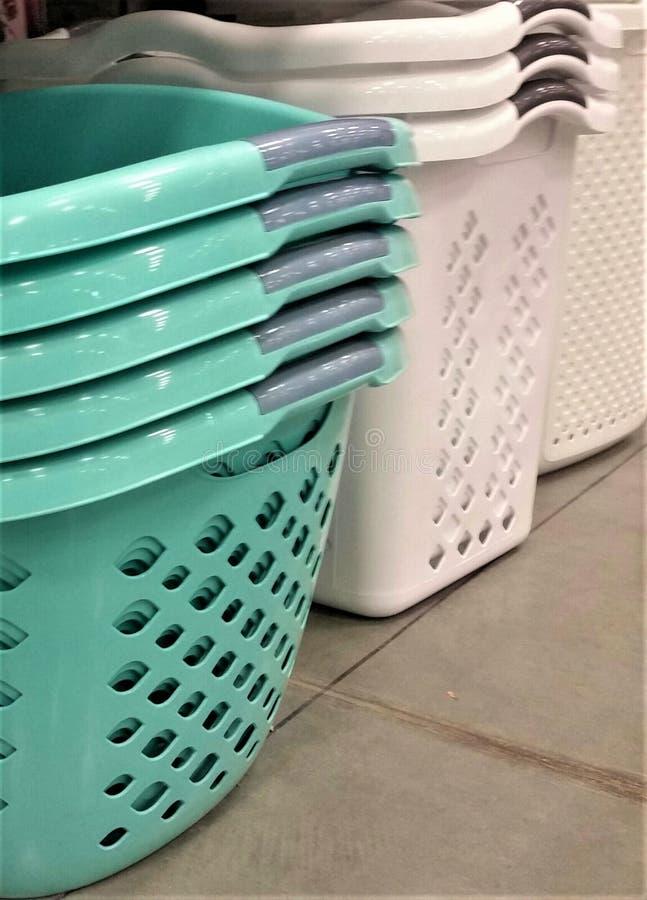 Sarcelle d'hiver empilée et paniers de blanchisserie en plastique blancs photos stock