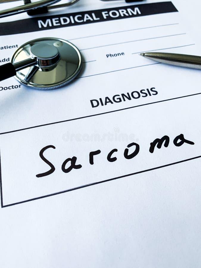 Sarcoma do diagnóstico em um formulário médico na mesa do doutor foto de stock royalty free