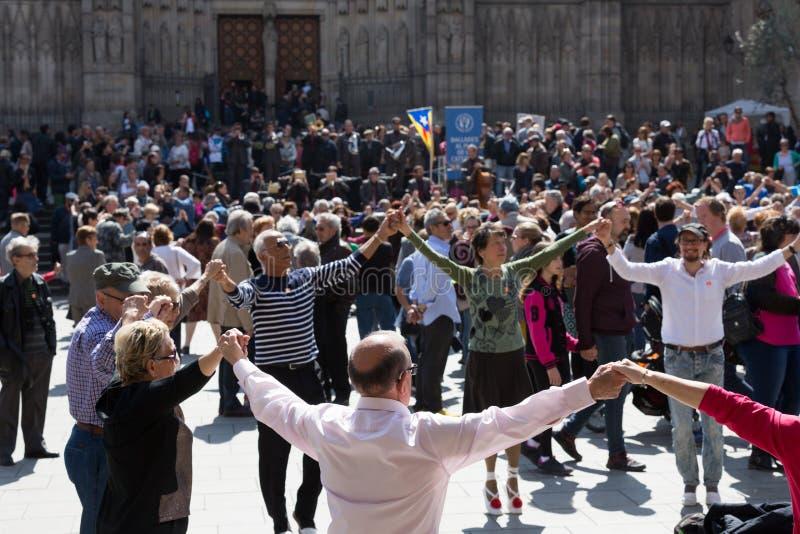 Sardana χορού χορού ομάδας ανθρώπων στοκ φωτογραφίες