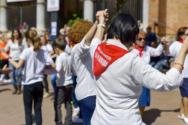Sardanas людей танцуя в Hospitalet de Llobregat, Испании стоковое изображение rf