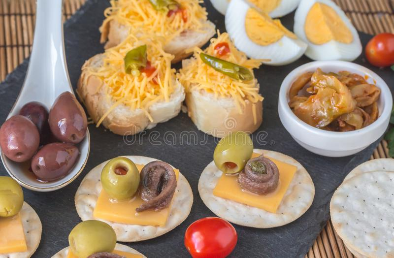 Sardelle Canapes mit Oliven und nahem hohem des Käses stockfotos