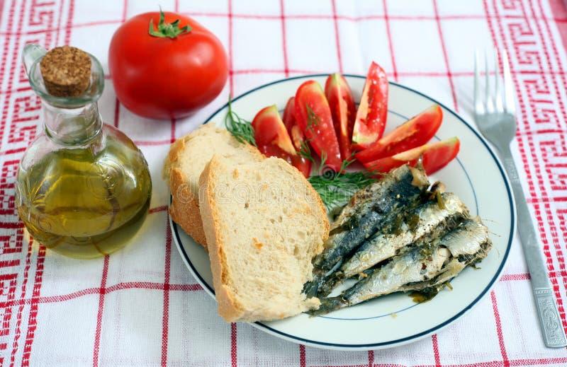 Sardinen mit Tomate und Brot stockbilder
