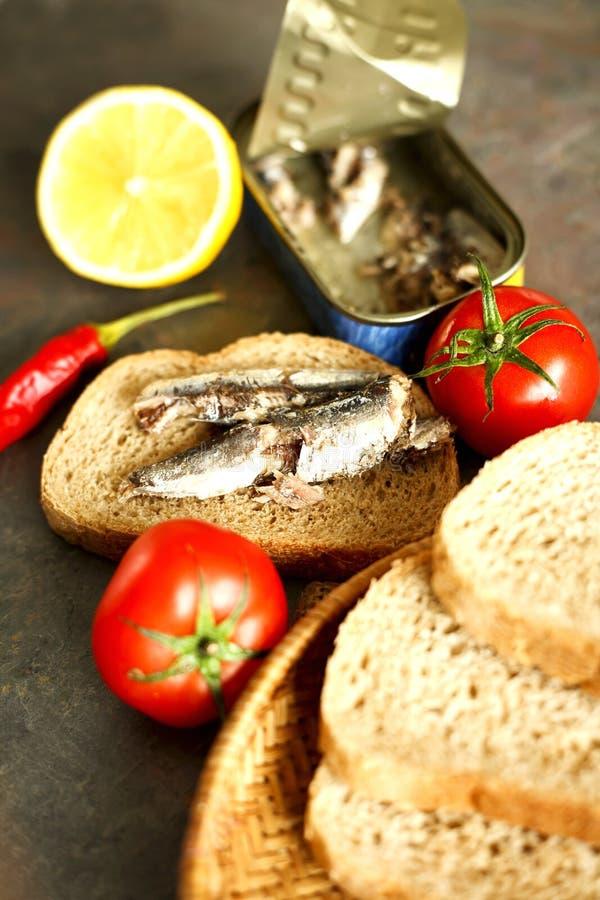 Sardines avec des légumes pour le dîner photos libres de droits