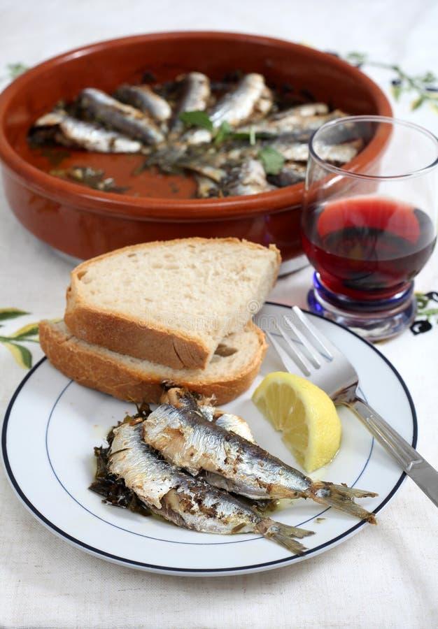 Sardines cuites au four dans une cuvette de terre cuite image stock
