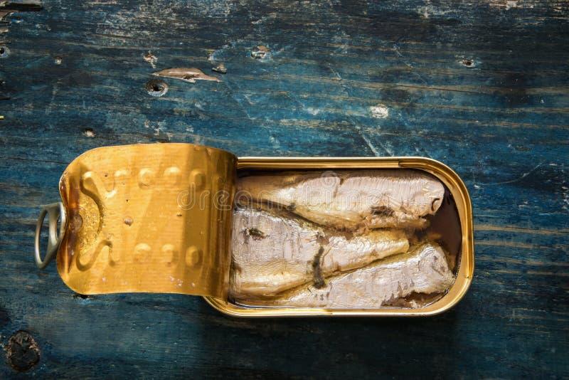 Sardines dans la boîte sur la table en bois bleue photos libres de droits
