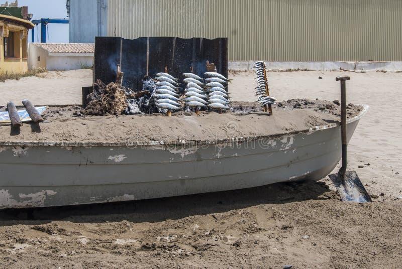 Sardines espagnoles grillées dans un bateau dans la plage Andalousie photo stock