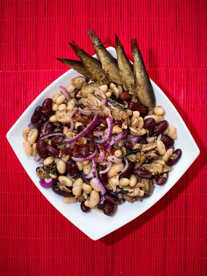 Sardines et salade de haricots photographie stock