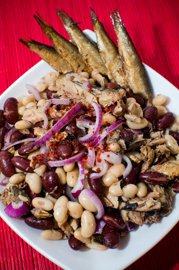 Sardines et salade de haricots images libres de droits