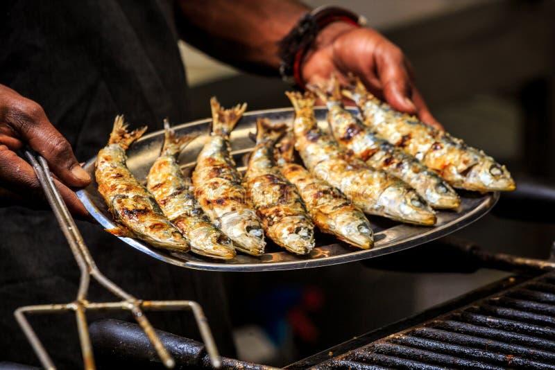 Sardines fraîchement grillées du plat argenté photos stock
