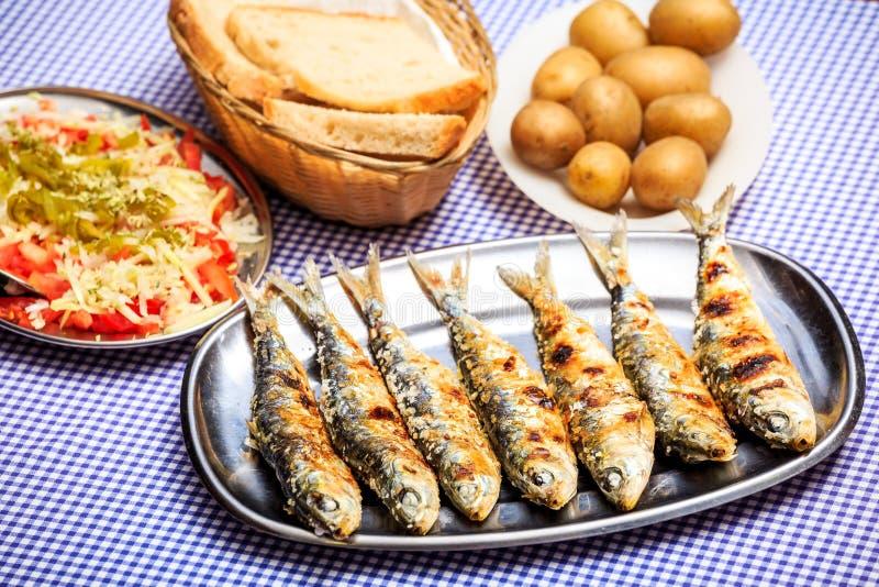 Sardines grillées avec de la salade, le pain et la pomme de terre image stock