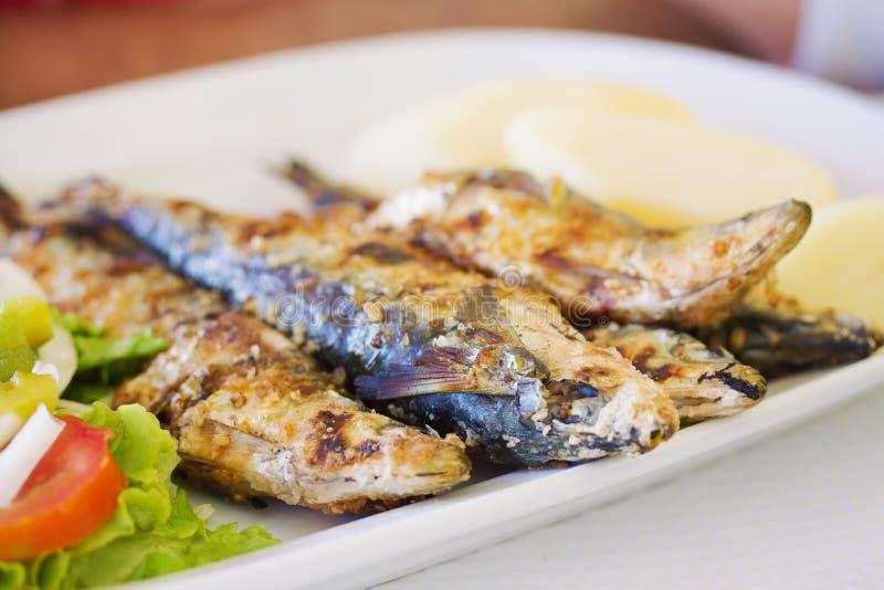 Sardines grillées avec la pomme de terre photographie stock libre de droits
