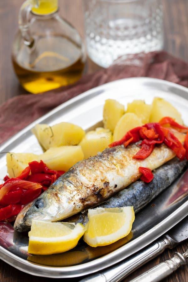 Sardines grillées avec le poivre et la pomme vapeur sur le plat images stock