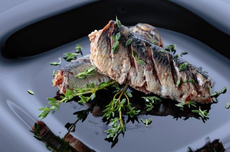 Sardines grillées avec le thym images stock