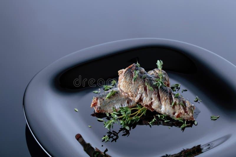 Sardines grillées avec le thym photographie stock libre de droits