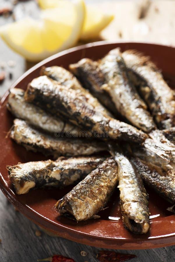 Sardines grillées par Espagnol dans un plat photos libres de droits