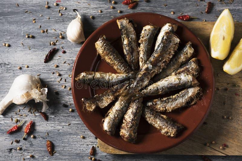 Sardines grillées par Espagnol dans un plat photos stock