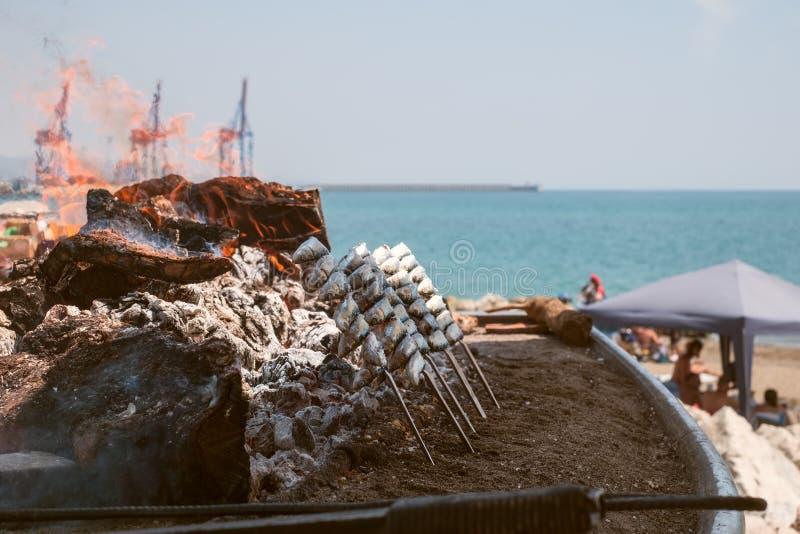 Sardines grillées sur la plage photographie stock libre de droits