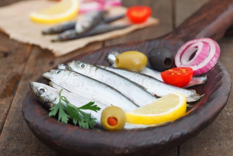 Sardines salées dans le plat en bois images libres de droits