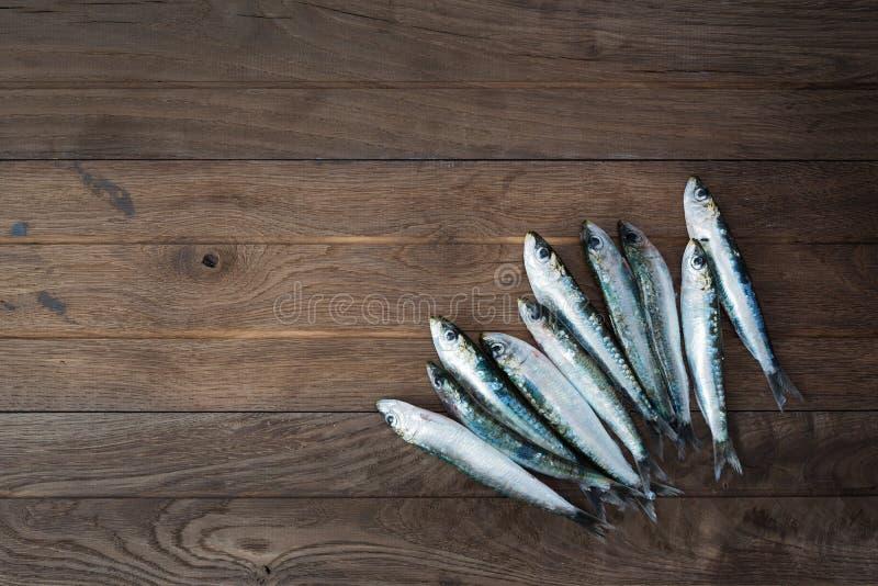 Sardines sur la table en bois photo stock