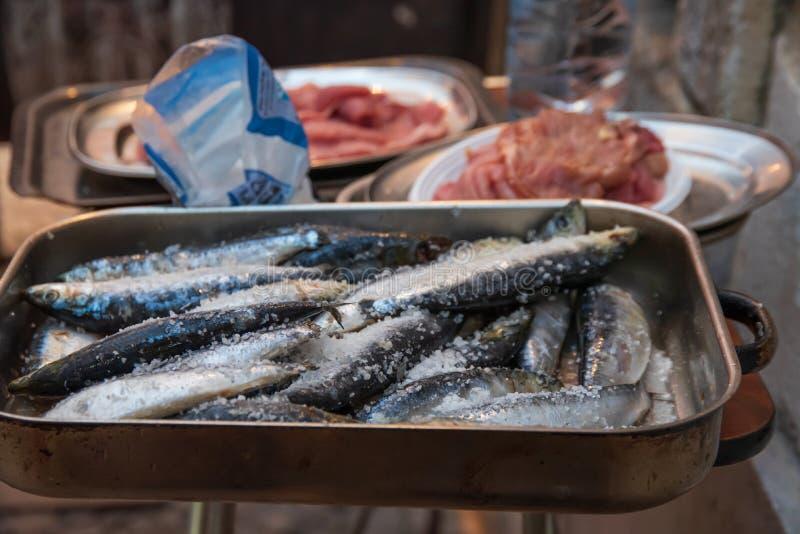 Sardinhas e carne a grelhar imagens de stock royalty free