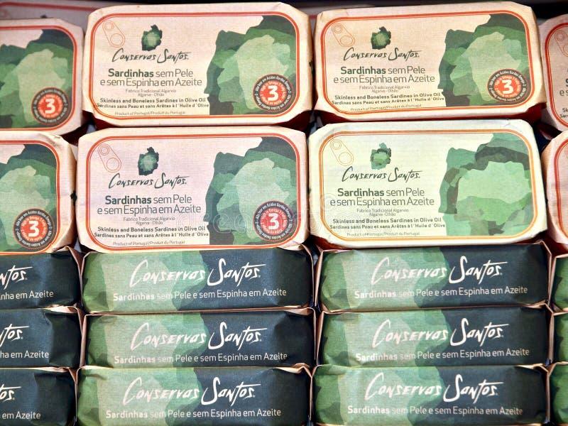 Sardinhas em umas latas do presente, típicas para a costa do Algarve imagens de stock royalty free