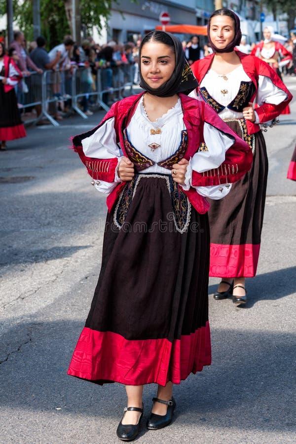 Sardinia Italien Festmåltiden av Förlossare, traditionella dräkter ståtar arkivfoto