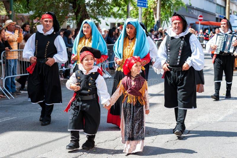 Sardinia Italien Festmåltiden av Förlossare, traditionella dräkter ståtar arkivbilder