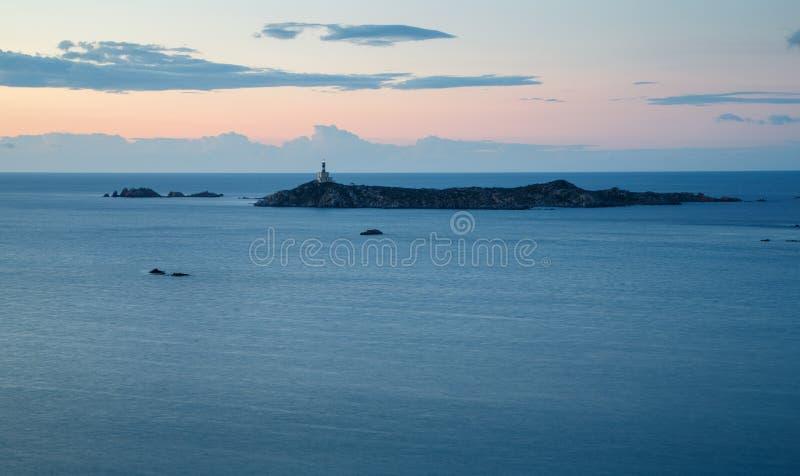 Sardinia Italien - fyr på gryning i den Sardinia ön royaltyfria foton