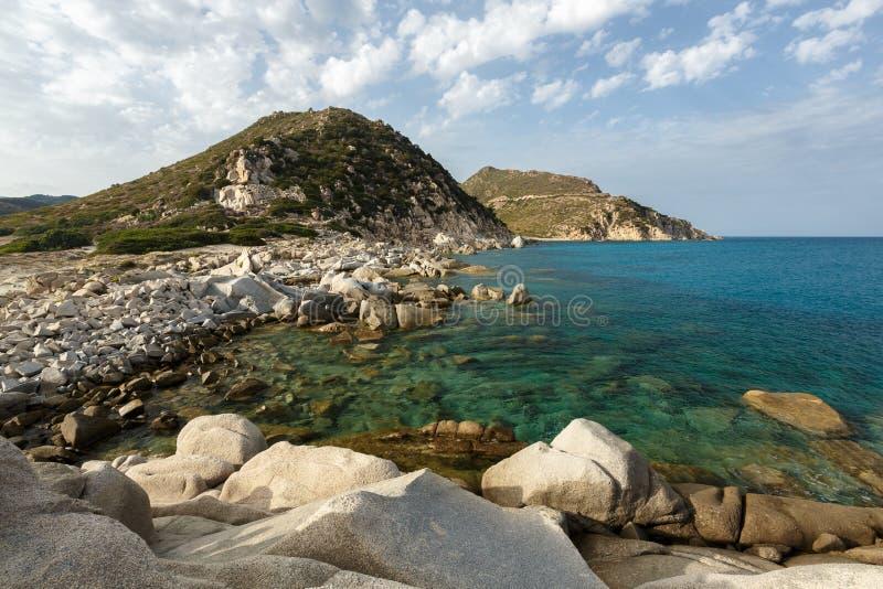 Sardinia Italien - stenig strand royaltyfria foton