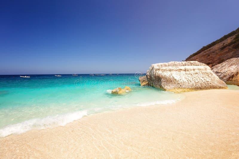 Sardinia, W?ochy Piękna plaża i jasny woda w Cala Mariolu, Sardinia, Włochy zdjęcie royalty free