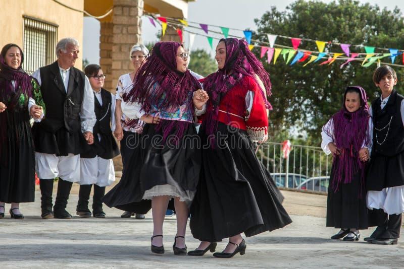 Sardinian gruppdans med typisk kläder och folklore arkivbilder