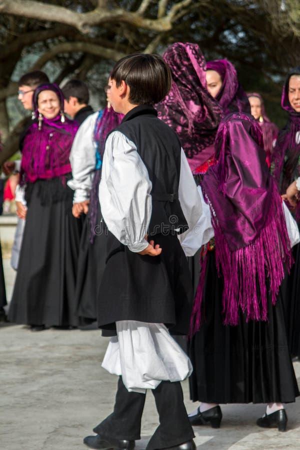 Sardinian gruppdans med typisk kläder och folklore arkivfoto