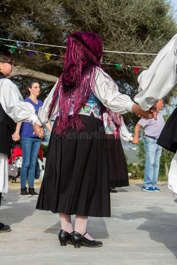 Sardinian gruppdans med typisk kläder och folklore arkivbild