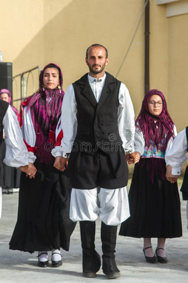 Sardinian gruppdans med typisk kläder och folklore royaltyfri foto