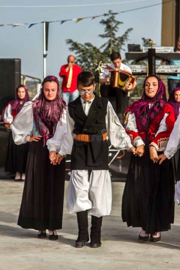 Sardinian gruppdans med typisk kläder och folklore arkivfoton