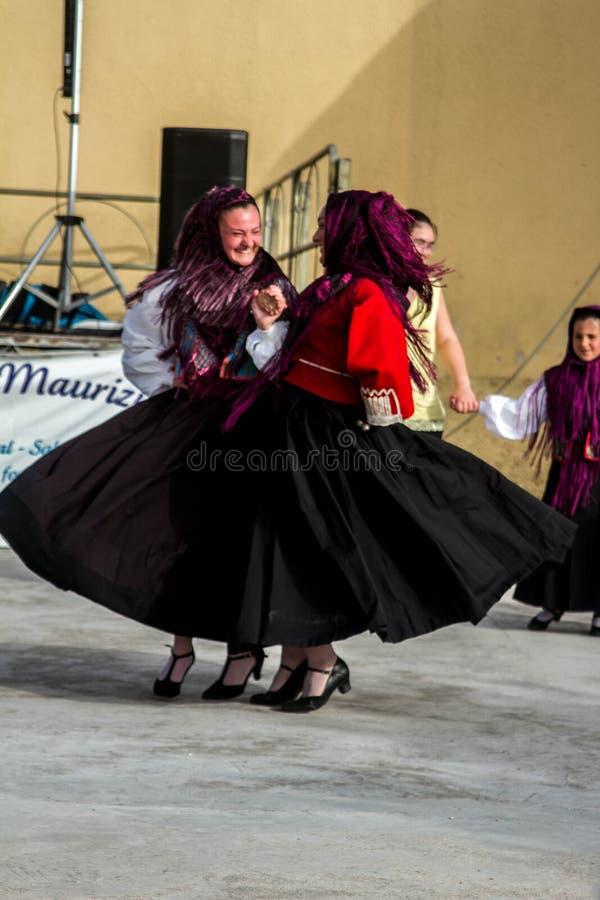 Sardinian gruppdans med typisk kläder och folklore royaltyfri bild