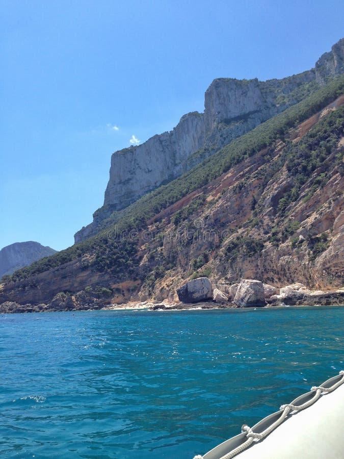 Sardinian kust med fartyget arkivfoton