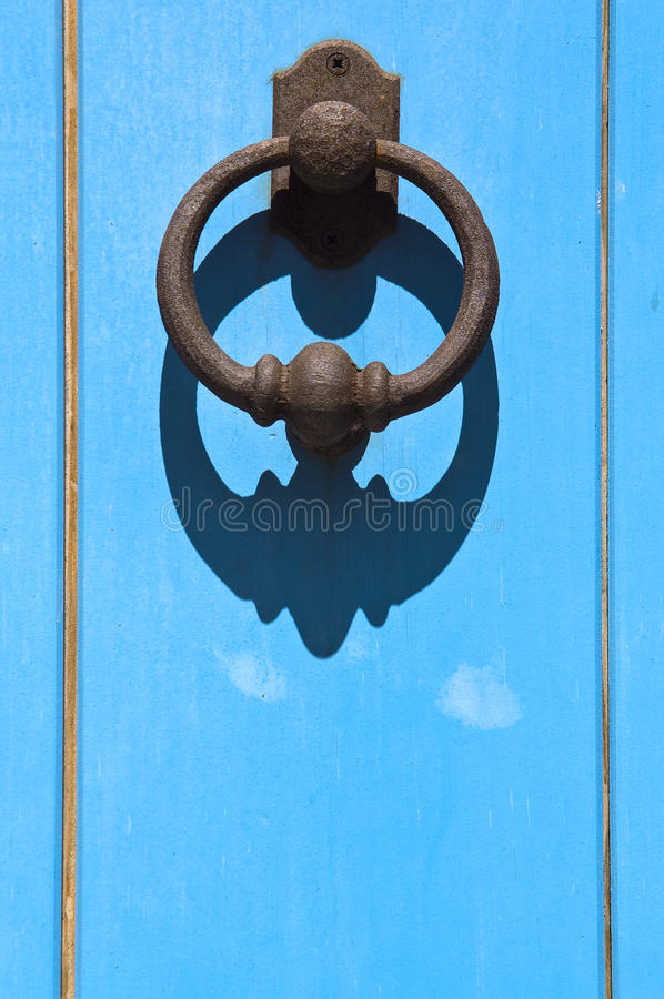 sardinige Oude blauwe deur met klep stock afbeeldingen