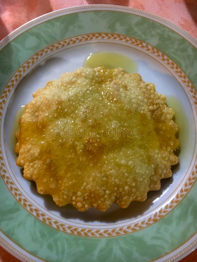 """Sardinisches Nachtisch """"Seada"""" oder """"Sebada"""" dienten auf einem colorf lizenzfreie stockbilder"""