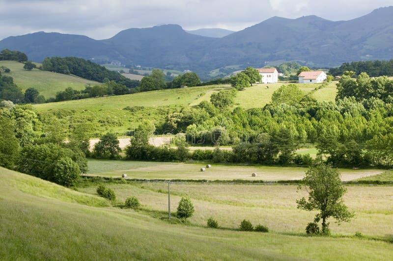 Sare, Francja w Baskijskim kraju na francuz granicie, jest szczytu xvii wiek wioską otaczającym rolnymi polami Rhu i górą obraz stock