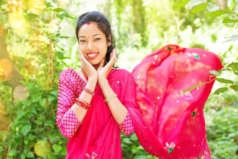 Saree d'uso della giovane donna nepalese fotografia stock libera da diritti