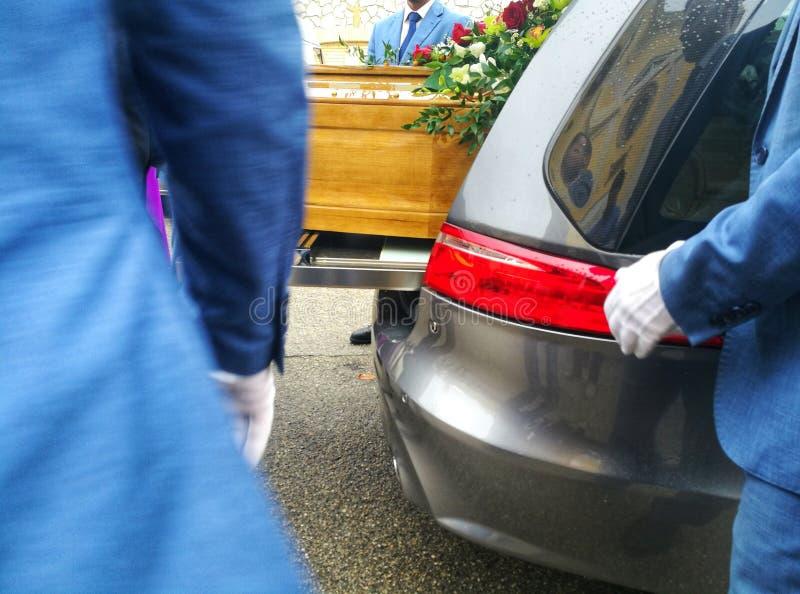 Sarg im Leichenwagen lizenzfreies stockfoto
