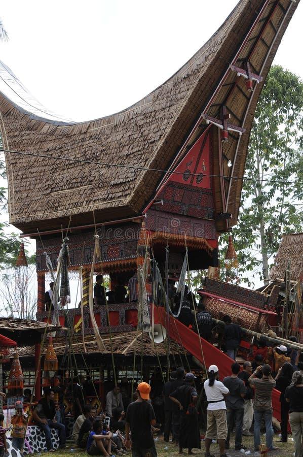 Sarg mit dem gestorbenen während eines Toraja-Begräbnisses stockbilder