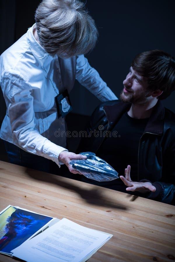 Sargento femenino que habla con el sospechoso foto de archivo libre de regalías
