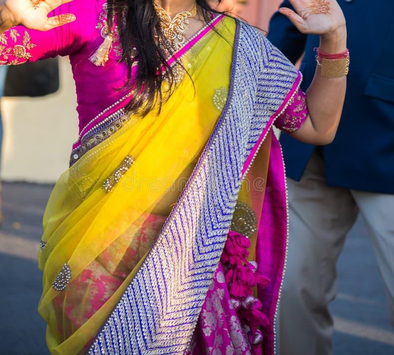 Sari colorido da seda e do laço vestidos pelo convidado de um casamento fotografia de stock royalty free