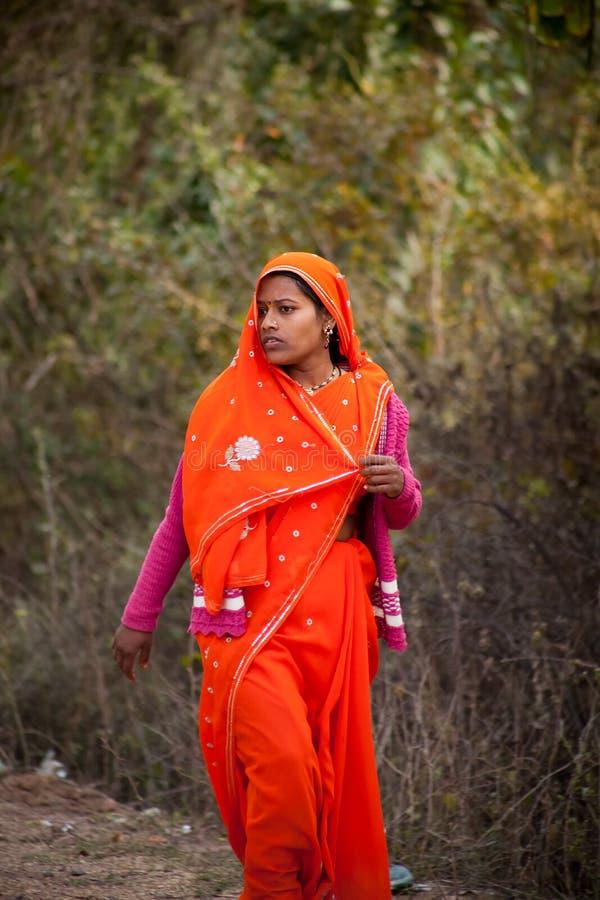 Sari rouge femelle indien effrayé photos libres de droits