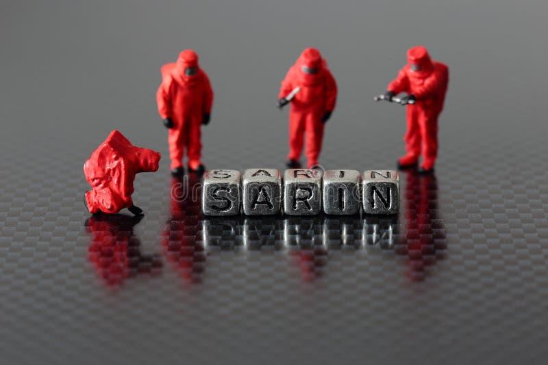 Sarin sur des perles avec une équipe chimique miniature images libres de droits